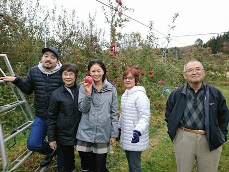 真ん中の女性がりんごを1つ持っている5人家族
