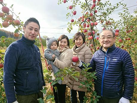 家族でリンゴ狩り